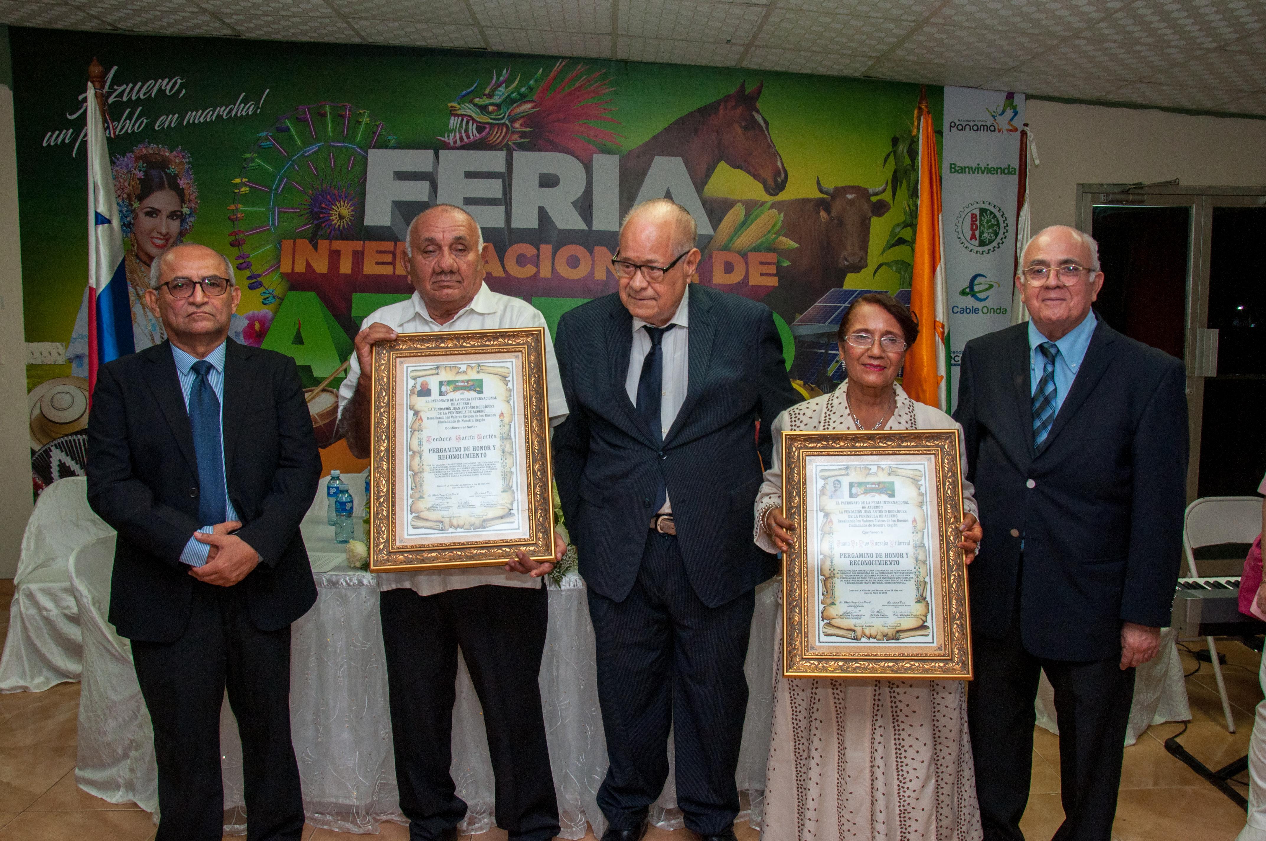 HOMENAJE DE LA FUNDACIÓN JUAN ANTONIO RODRÍGUEZ.  AL SEÑOR TEODORO GARCÍA CORTEZ POR LA PROVINCIA DE LOS SANTOS Y A LA SEÑORA JUANA DE DIOS QUEZADA DE LAS DAMAS ROSADAS POR LA PROVINCIA DE HERRERA